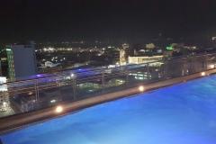 Večerní výhled z One Central Hotelu