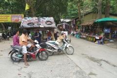 Na Mueang 1 waterfall - stánek bude zavírat, pes čeká než pojedou domů