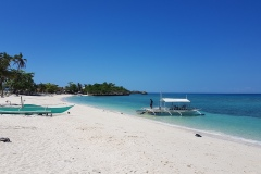 Pláž u D' Avila's Horizon - jedno z mála míst, kde je vcelku hloubka u břehu a občas i  menší vlny