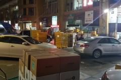 Shenzhen - Noční šichta s balíky na ulicích