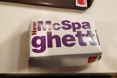 Se špagetami začal místní fastfood Jollybee, silný konkurent McDonald's - v zemi má asi 1100 poboček, McD asi 600 . Dnes je nabízí i McDonalds a KFC.