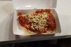 Špagety chutnají lépe něž vypadají. Ve všech řetezcích velmi podobně. Základem receptury je místní banánový kečup se třtinovým cukrem.